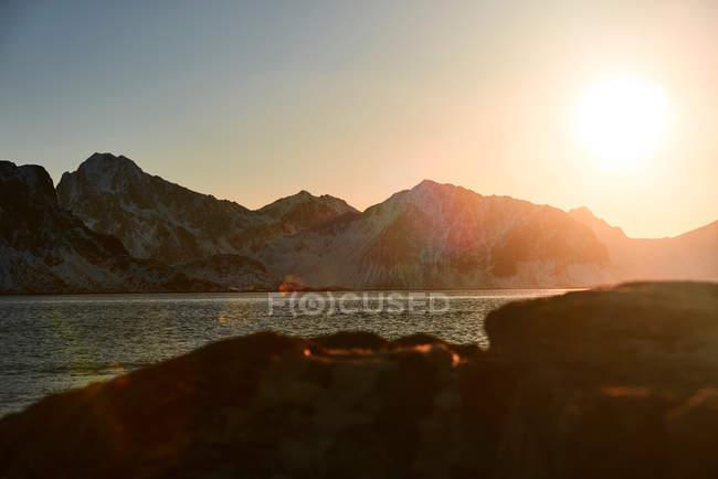 Paisagem de montanhas ao pôr do sol — Fotografia de Stock