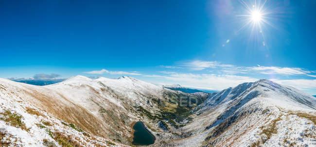 Підносячись Сніг накривав гірські вершини в денний час — стокове фото