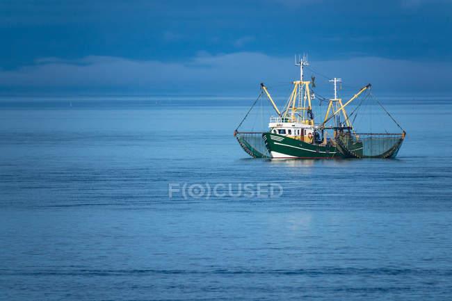 Угрюмый пейзаж и рыболовные лодки на побережье — стоковое фото