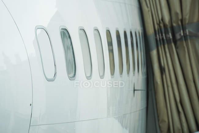 Самолет с иллюминаторами, вид сбоку — стоковое фото