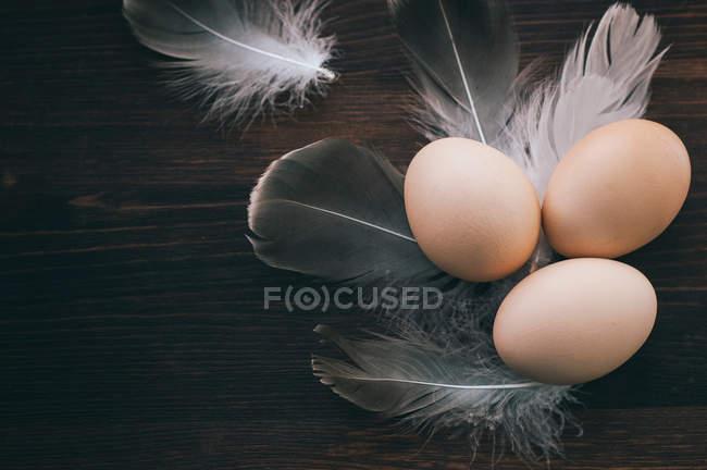 Куриные яйца на деревянные поверхности — стоковое фото