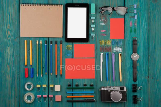 Forniture per ufficio e libro elettronico — Foto stock