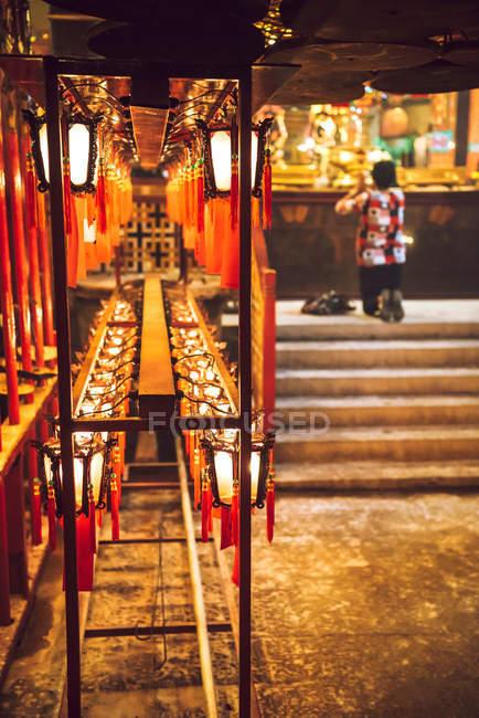 Pessoa orando no templo — Fotografia de Stock