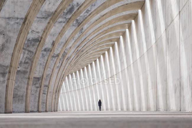 Scena urbana, vista interna tunnel con silhouette femminile — Foto stock