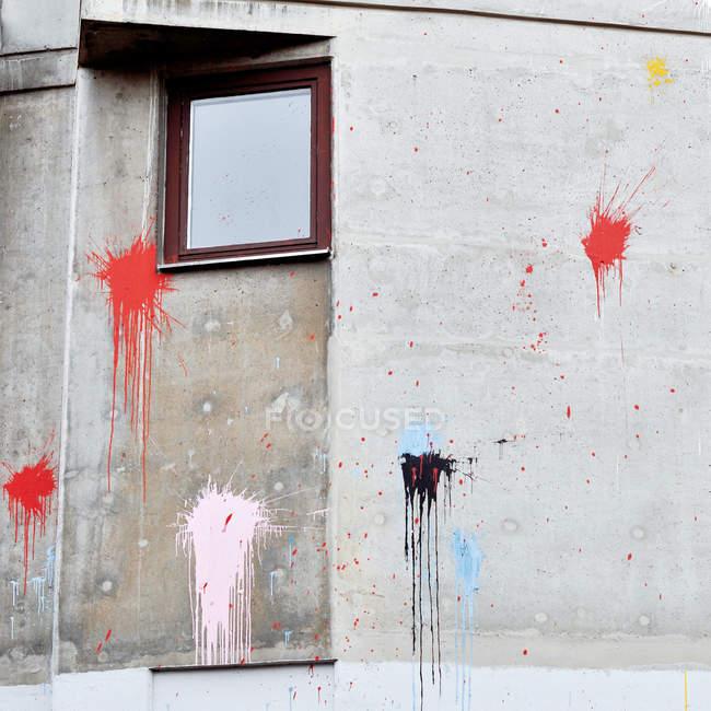 Architecture, bâtiment, façade, mur en béton avec des éclaboussures de peinture et de fenêtre — Photo de stock