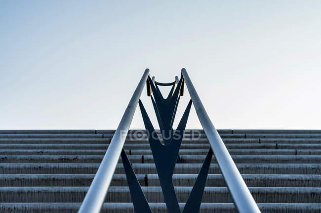 Construcción de escaleras modernas con pasamanos - foto de stock