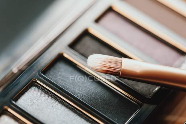 Sombra de ojos paleta y pincel - foto de stock