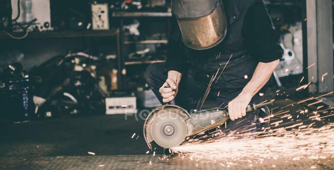 Metal macinazione il pezzo di ricambio in acciaio in officina — Foto stock