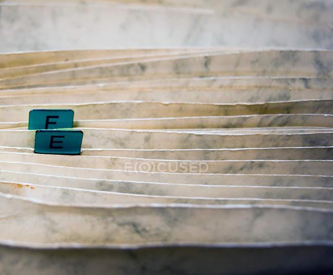 Pastas de papel alfabética à moda antiga — Fotografia de Stock