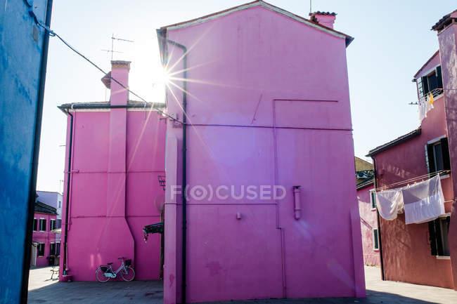 Rose immeuble dans quartier résidentiel — Photo de stock