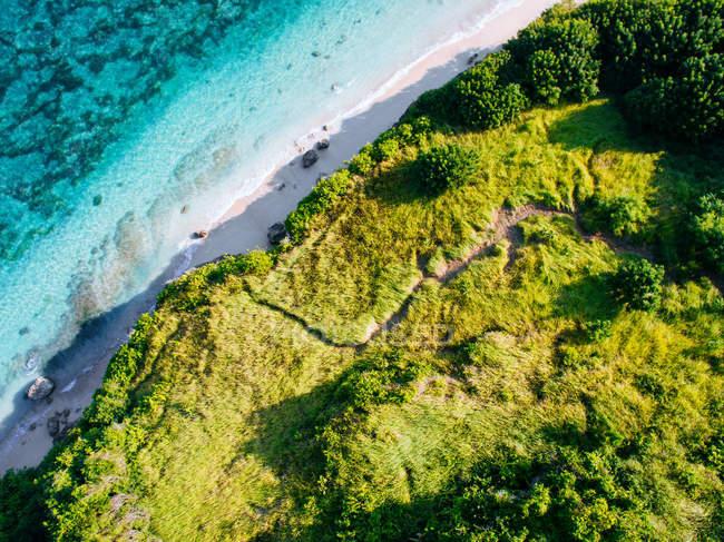 Скелястий берег і бірюзові води — стокове фото