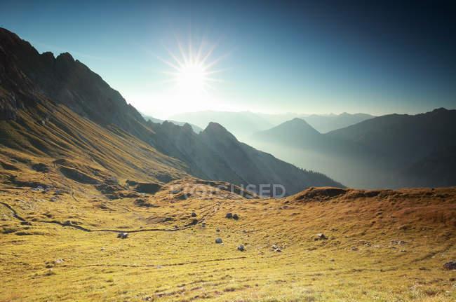 Красивый восход солнца над горные вершины — стоковое фото