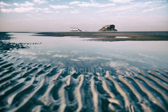 Plage de sable et de constructions en bois — Photo de stock