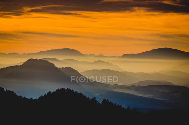 Гірський краєвид у заході сонця світлі — стокове фото