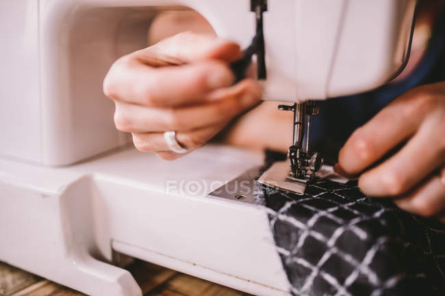 Woman sewing with sewing machine — Stock Photo