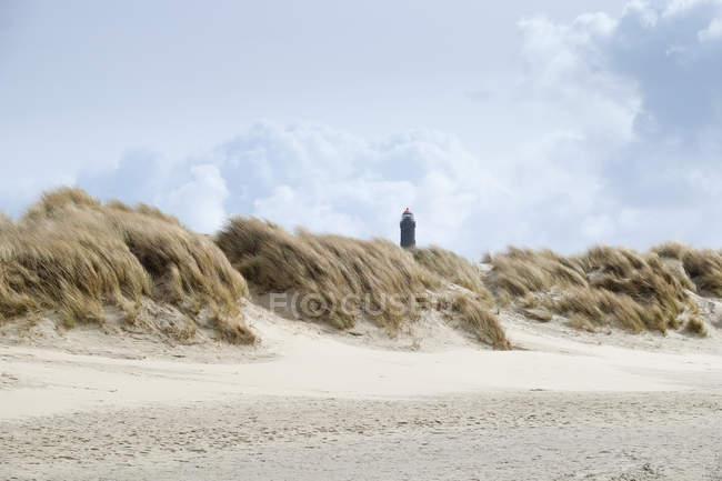 Farol na costa com grama do marram — Fotografia de Stock