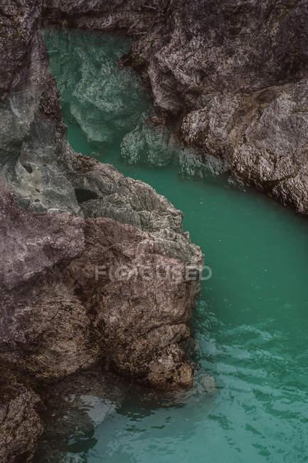 Rochas e superfície de água — Fotografia de Stock