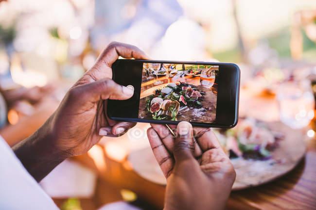 Prendre des photos de nourriture homme — Photo de stock