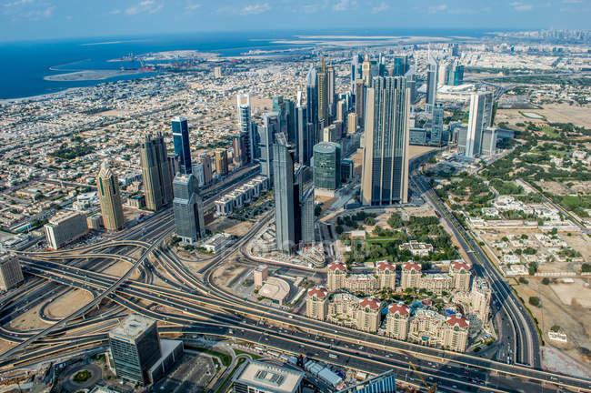 Vista aérea panorámica de cityscape de Abu Dhabi - foto de stock