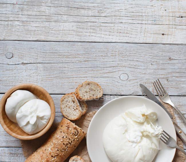 Итальянский сыр Буррата с хлебом — стоковое фото