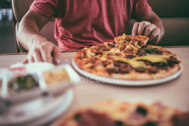 Personne qui prend le morceau de pizza — Photo de stock