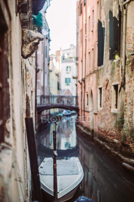 Typische Architektur, Kanal und Boote von Venedig — Stockfoto