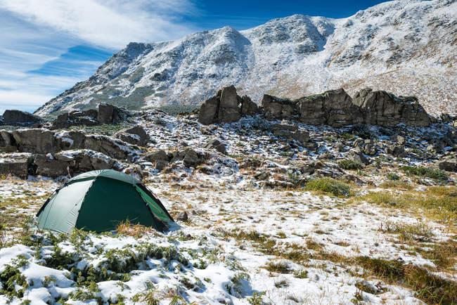 Подорожі намет оточенні засніжених вершин гори — стокове фото