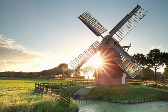 Солнце за голландская мельница — стоковое фото