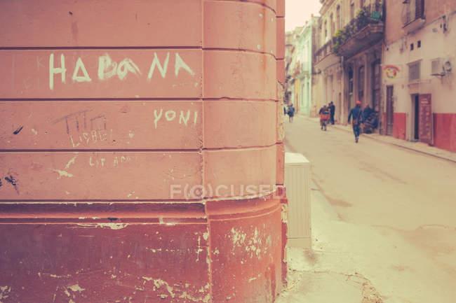 Geschrieben am Gebäudewand, Stadtbild auf Hintergrund, Kuba Havanna — Stockfoto