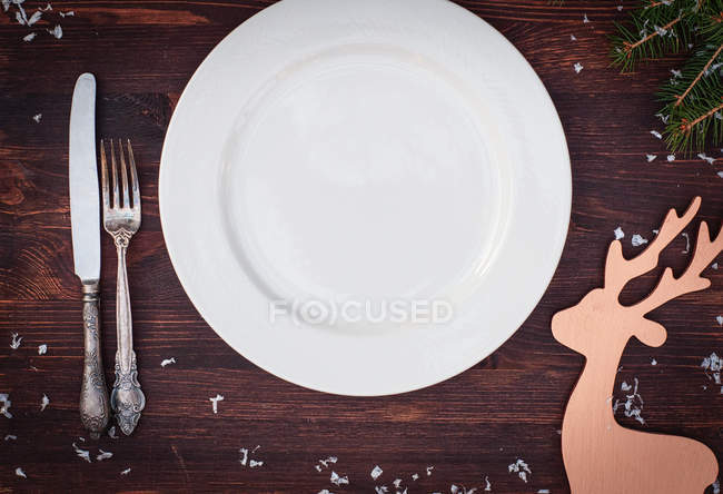 Placca bianca con forchetta e coltello — Foto stock