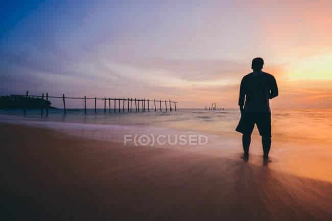 Homme debout à la plage — Photo de stock