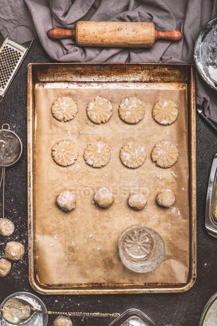 Biscotti grezzi sulla teglia — Foto stock
