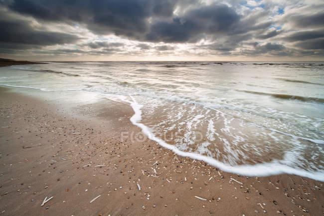 Ciel nuageux, sur la côte de la mer du Nord — Photo de stock