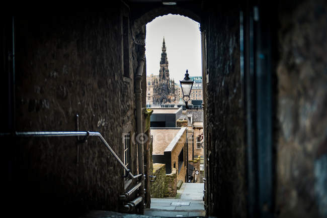 Живописные узкие улицы Старого города и городской пейзаж с видом исторической архитектуры через арку — стоковое фото