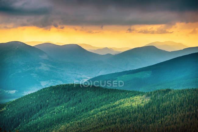 Pôr do sol sobre as montanhas azuis — Fotografia de Stock
