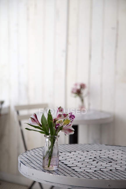 Cafe interior design, tables with flowers in vases — Stock Photo