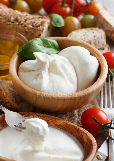 Italian cheese burrata with tomatoes, basil and bread on table — Stock Photo