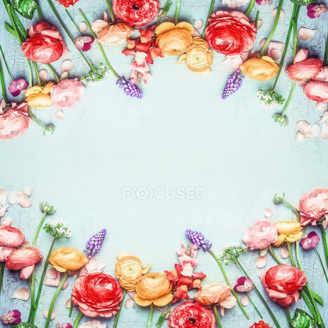 Цветочная рамка с цветами на синем фоне — стоковое фото