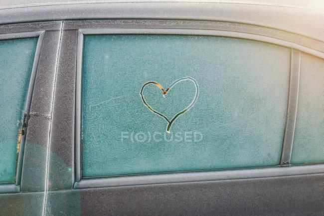 En forme de cœur peint sur la vitre de la voiture — Photo de stock