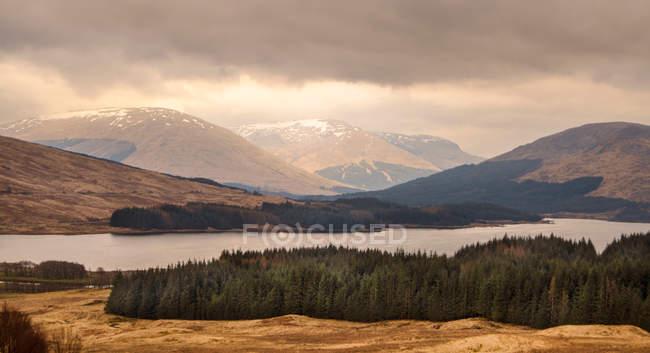 Vista panorâmica do lago e as montanhas na Escócia — Fotografia de Stock