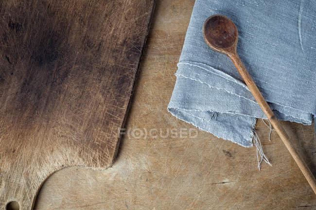 Schneidebrett und Holzlöffel auf rustikalen Tisch — Stockfoto
