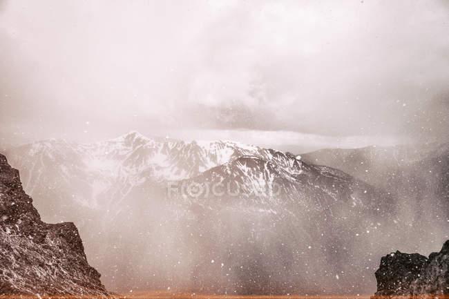 Paisaje con vistas a las montañas - foto de stock