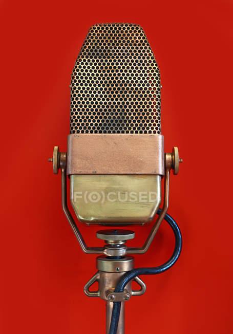 Vintage Rundfunk-Mikrofon isoliert auf rot — Stockfoto