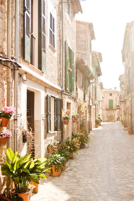 Sunny street with residential houses of typical architecture, Majorca, Spain — Stock Photo
