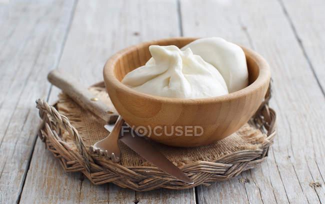 Итальянский сыр Буррата в деревянные чаши — стоковое фото