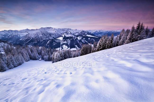 Nascer do sol-de-rosa no inverno dos Alpes — Fotografia de Stock