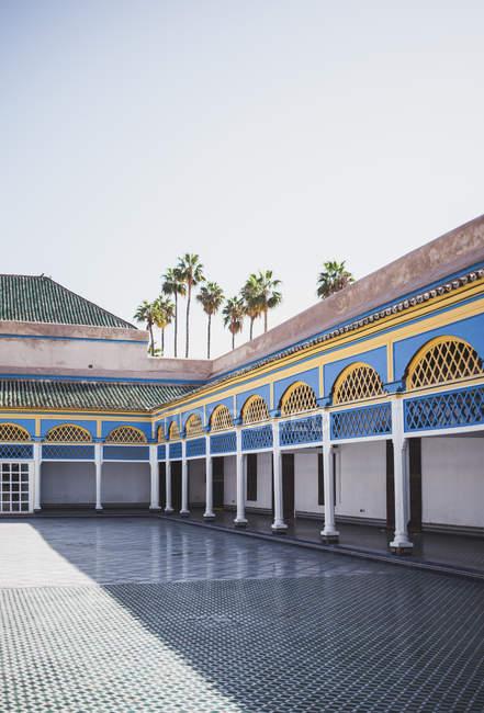 Vista parziale del palazzo decorato con colonne e archi, Marrakech, Marocco — Foto stock