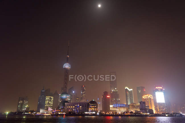 Cityscape with full moon, Shanghai — стокове фото