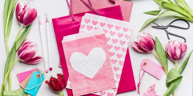 Feder unter dem Motto Zusammensetzung der Blumen und Grusskarten — Stockfoto