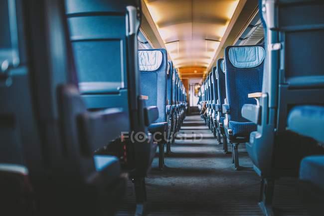 Dentro de un vacío de tren, asientos y pasar a ver - foto de stock